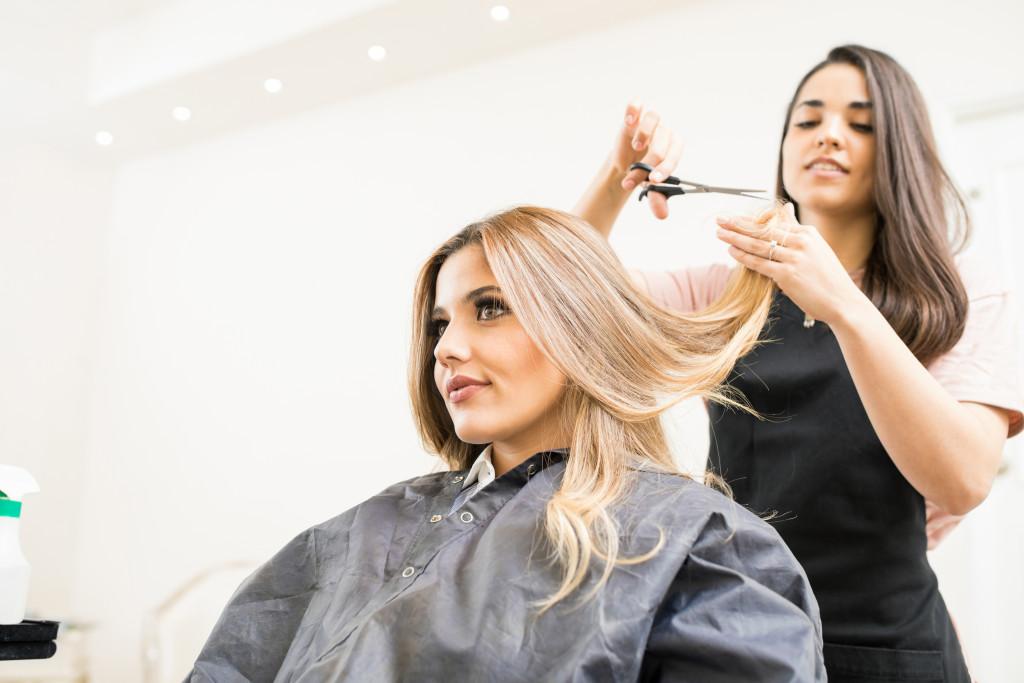 cutting hair of woman